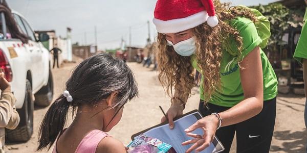 Voluntaria de Bridges durante una de las visitas navideñas del 2020