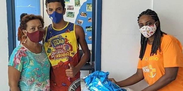 Voluntaria de SOMAR Brasil durante campaña de Navidad para los más necesitados
